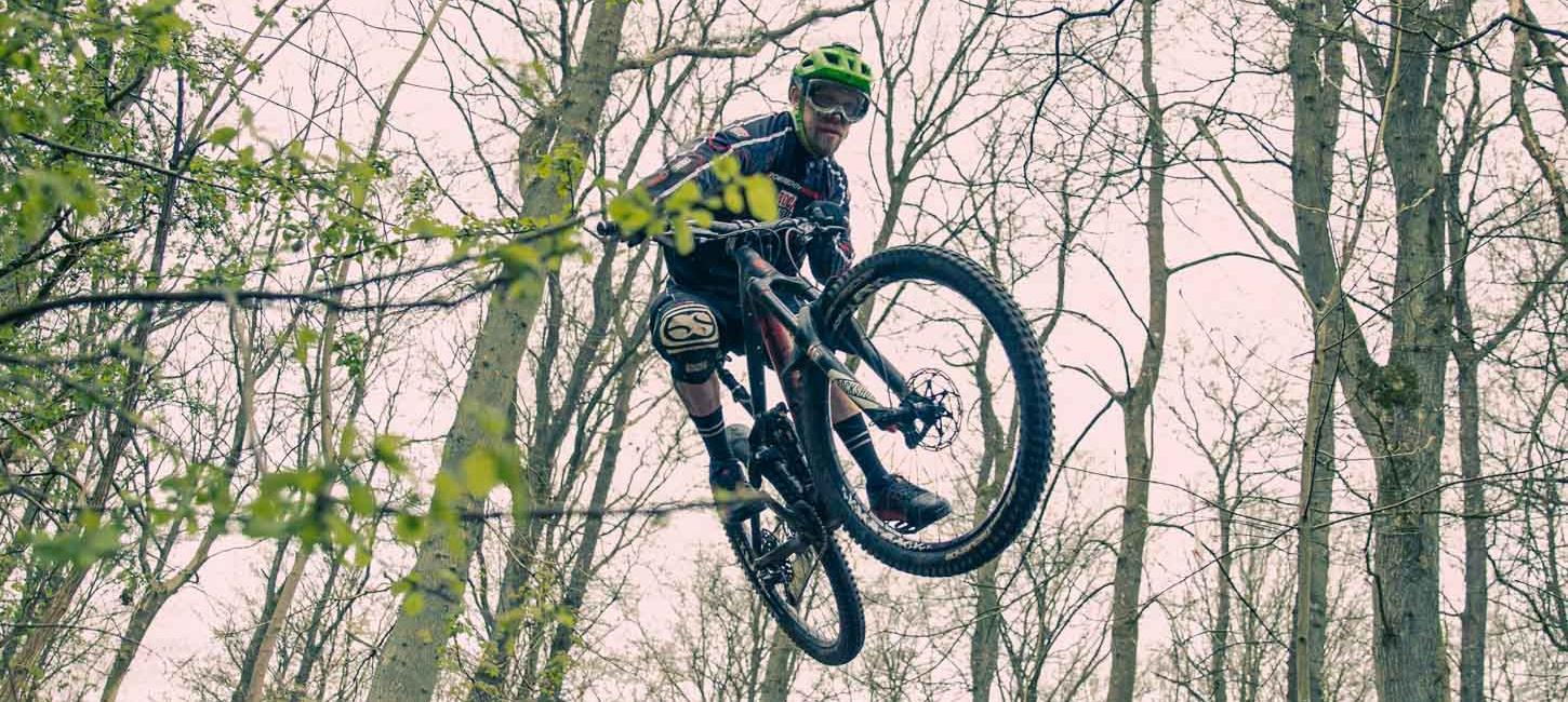 mountainbiker i spring