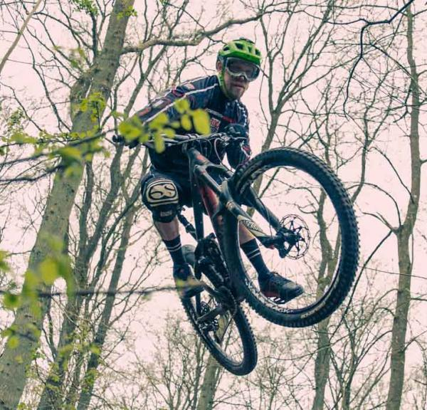 mountainbiker i luften